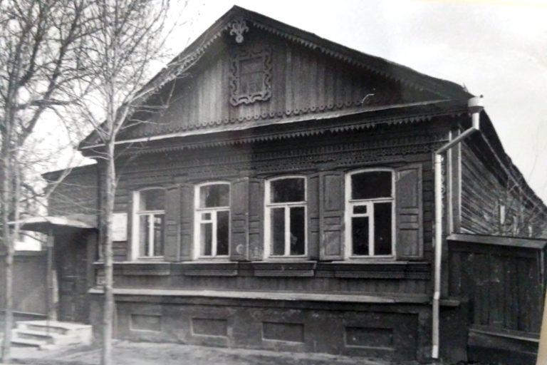 Деревянный дом с резьбой, наличниками. мемориальной доской. Старое ч/б фото.