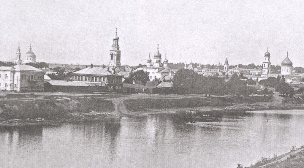 Старое фото города: на переднем плане река, на заднем - видны минимум 4 церкви и дома на набережной.