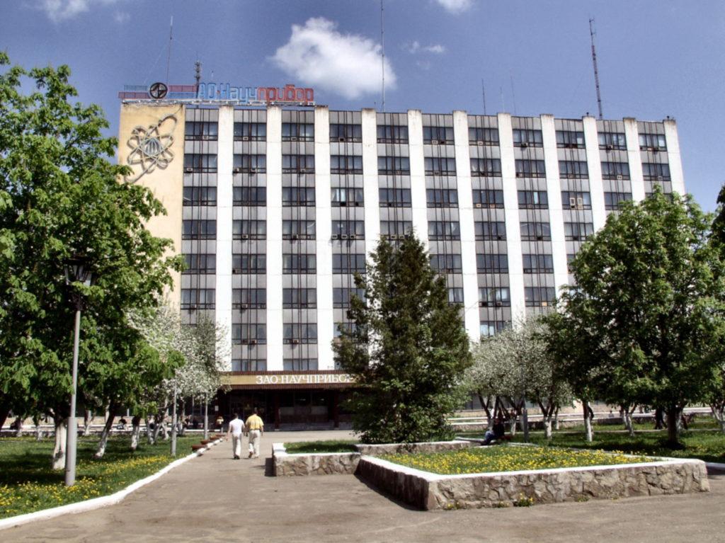9-этажное здание заводоуправления. На фасаде изображен «мирный атом».