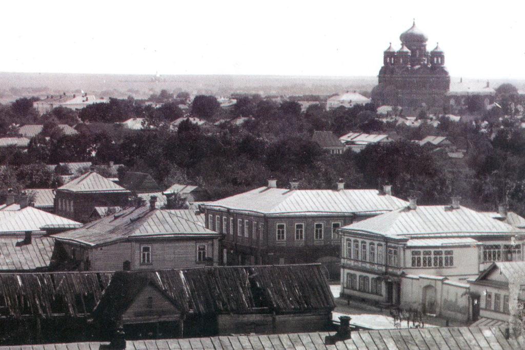 Старое фото, общий вид города с точки выше крыш. Вдалеке видна большая пятикупольная церковь.